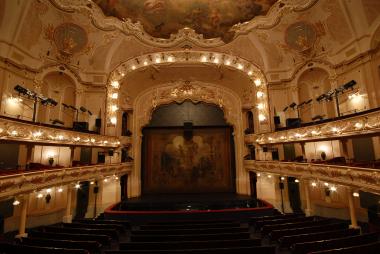 pohled z hlediště Hudebního divadla Karlín